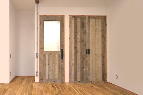 スタイルで変える、室内ドアの色と無垢床との素敵な関係